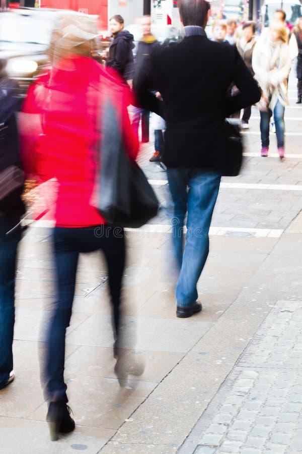 Leute, die auf den Bürgersteig gehen stockfotografie