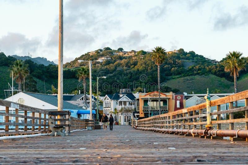 Leute, die auf den Pier in Kleinstadt Avila-Strand, Pazifikküste, Kalifornien gehen stockfoto