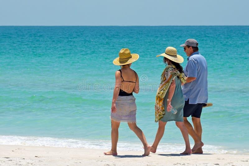 Leute, die auf den Strand gehen stockfotos