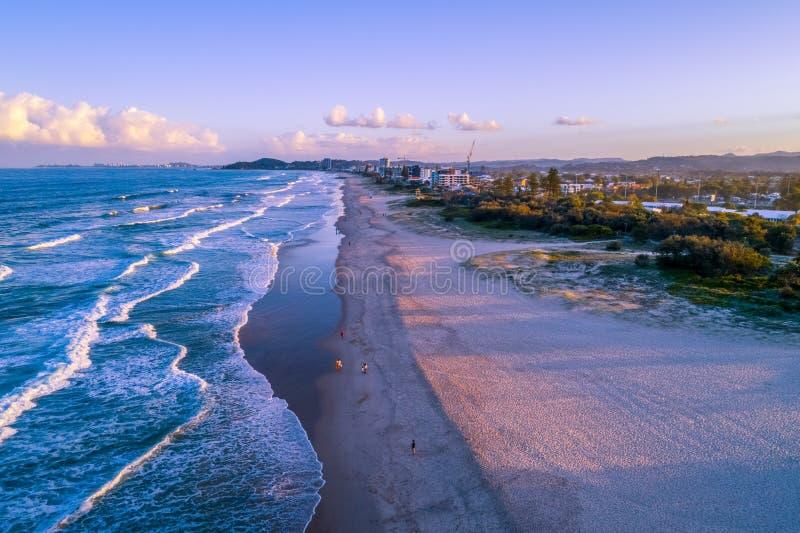 Leute, die auf den Strand gehen Gold Coast lizenzfreies stockfoto
