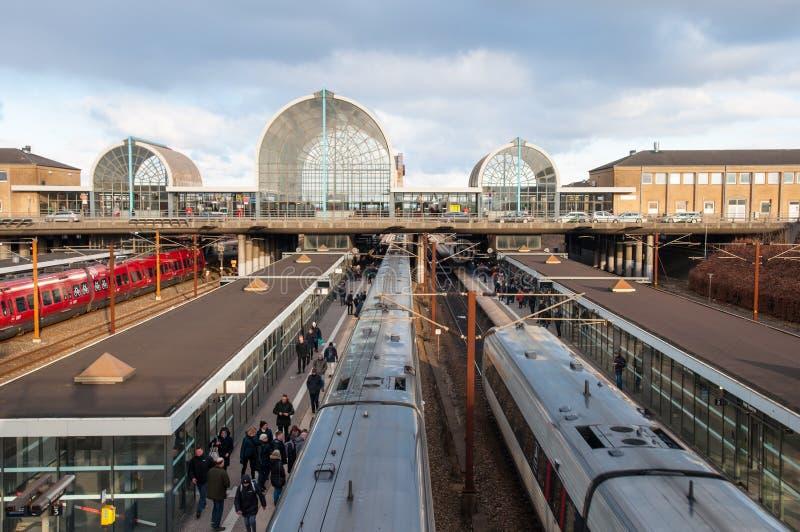 Leute, die auf den Zug an Bahnstation Hoje Taastrup warten lizenzfreie stockbilder