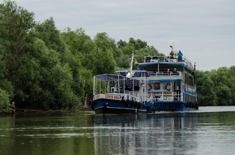 Leute, die auf die Donau mit einem Boot reisen stockfotografie