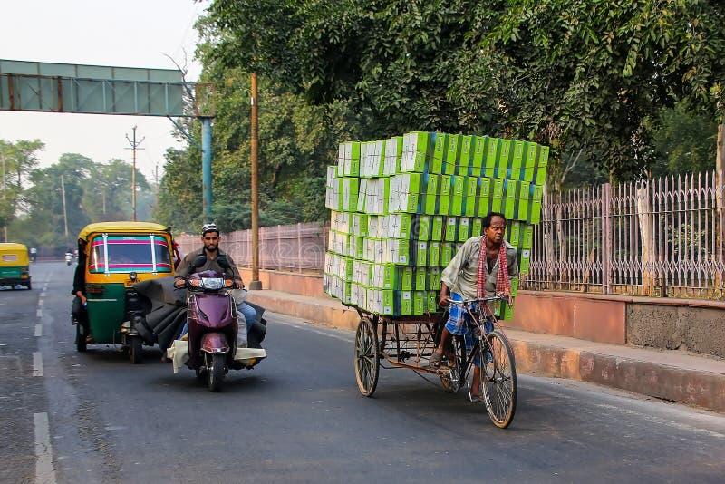 Leute, die auf eine Straße in Agra, Uttar Pradesh, Indien fahren stockfotos