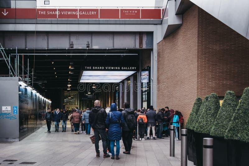 Leute, die auf einer Straße anstehen, um die Betrachtenplattform, Ansicht von der Scherbe, London, Großbritannien einzutragen lizenzfreie stockbilder