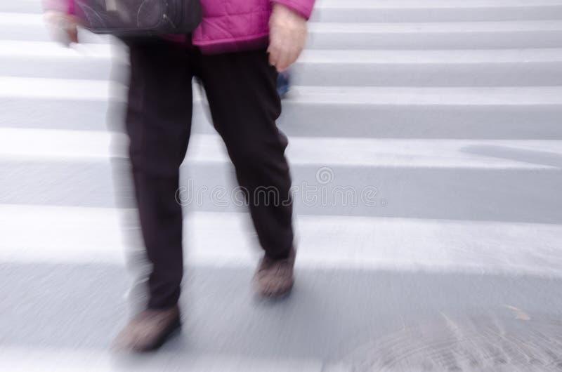 Leute, die auf Großstadtstraße gehen stockfoto