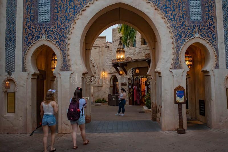 Leute, die auf Marokko Pavillion in Epcot bei Walt Disney World 1 gehen stockbilder