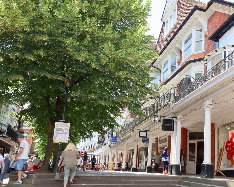 Leute, die auf die Pantiles in Tunbridge Wells gehen lizenzfreie stockfotografie