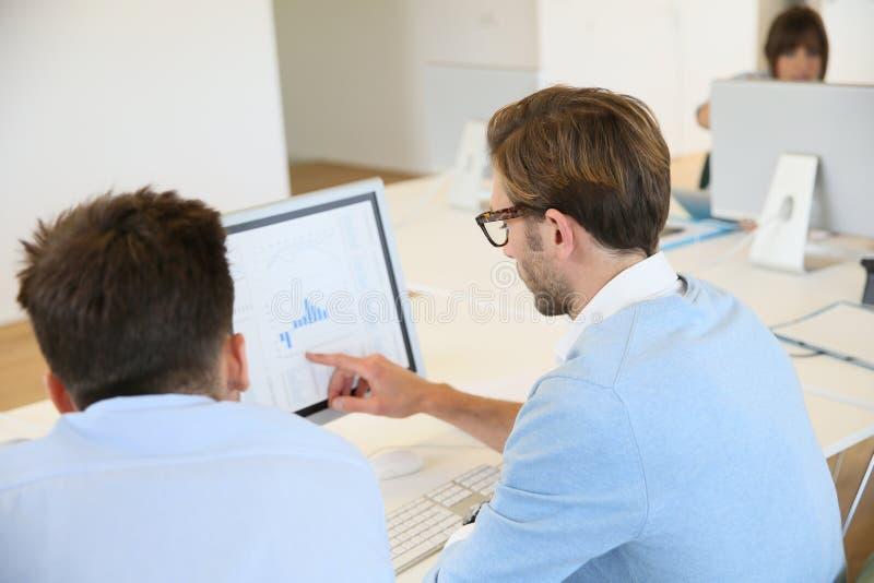 Leute, die auf Projekt teamworking sind stockbild