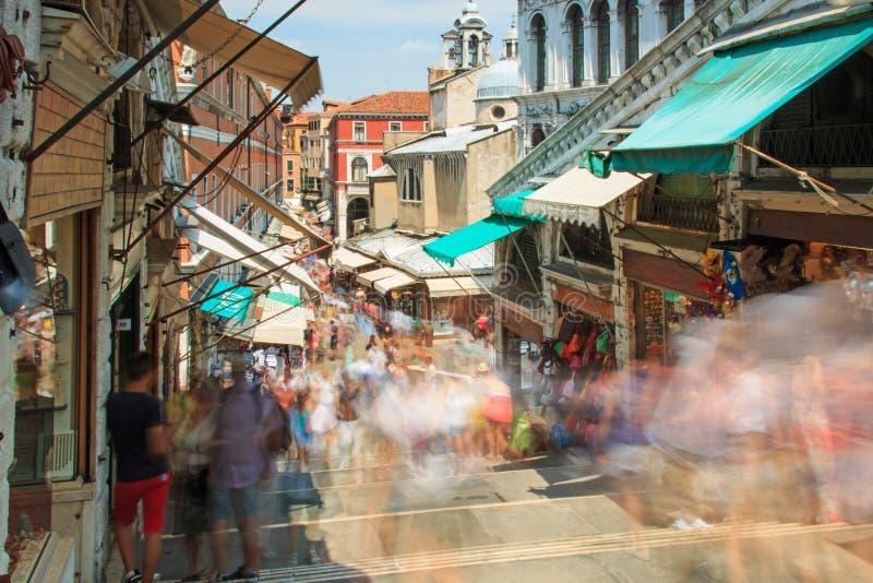 Leute, die auf Rialto-Brücke, Venedig gehen stockbild