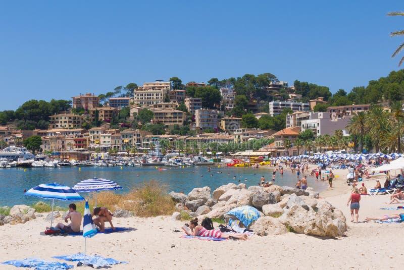 Leute, die auf spanischem Strand sich entspannen stockfotos