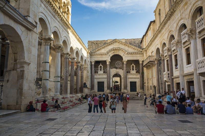 Leute, die auf Straße außerhalb Diocletian-` s Palastes in der Spalte Kroatien Europa gehen stockbilder