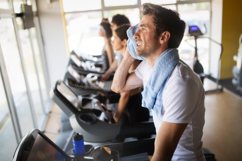 Leute, die auf Tretm?hle in der Turnhalle tut Herz Training laufen stockbilder