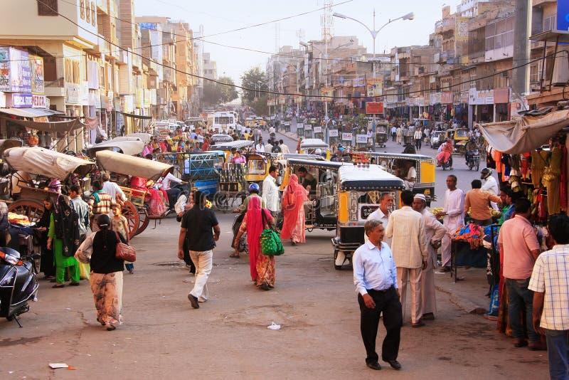 Leute, die auf verkehrsreiche Straße an Sadar-Markt, Jodhpur, Indien gehen lizenzfreies stockbild