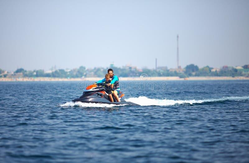 Leute, die auf Watercraft fahren. Sommerspaß stockfotos