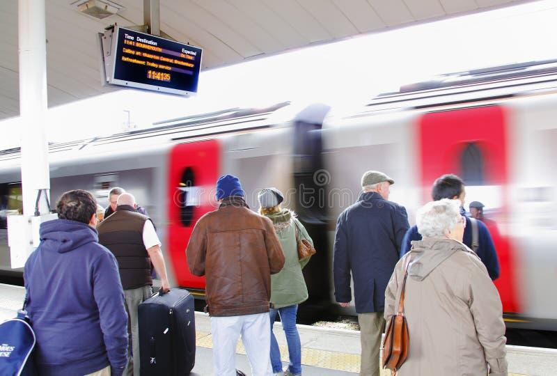Leute, die Bahnstation verwenden