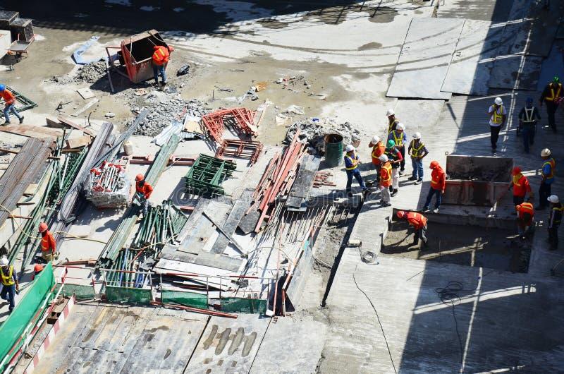 Leute, die an Baustelle in Bangkok Thailand arbeiten lizenzfreies stockfoto