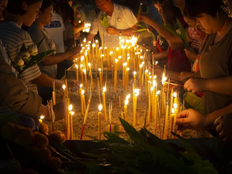 Leute, die brennenden Weihrauch und Kerze in Töpfe an Tag Makha Bucha setzen stockbilder