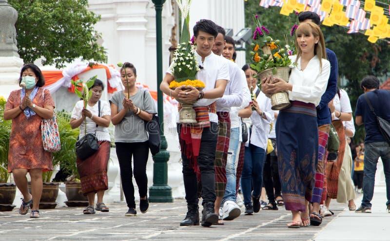 Leute, die an buddhistischem Feiertag Visakha-Tag gehen lizenzfreies stockfoto