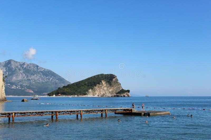 Leute, die in Budva, Montenegro schwimmen stockfotos