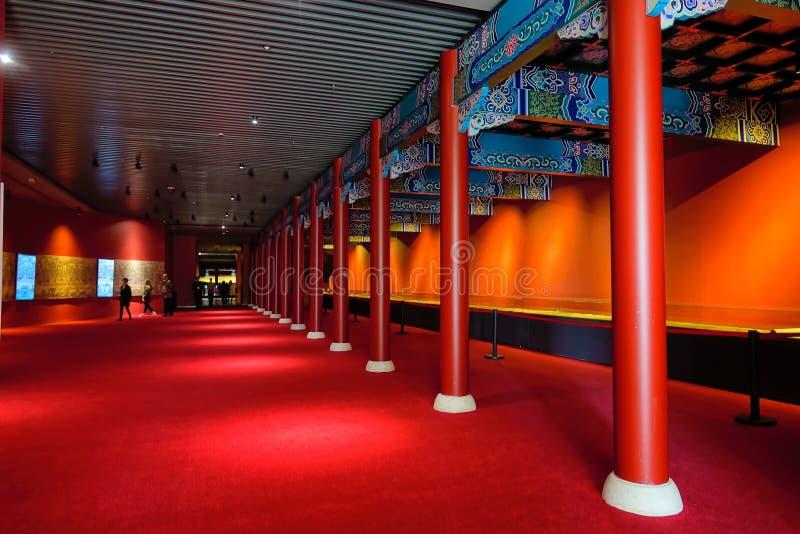 Leute, die bunte Ausstellungsfläche, Galeriewand-Metroart besuchen lizenzfreie stockfotos