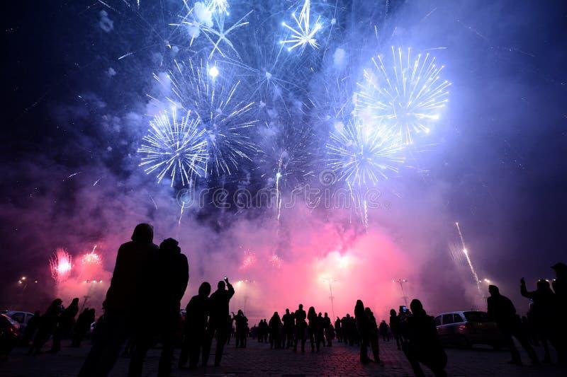 Leute, die bunte Feuerwerke nachts aufpassen lizenzfreie stockfotografie