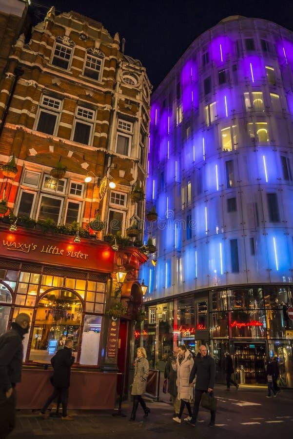 Leute, die in buntes Chinatown, London, England, Großbritannien gehen stockfotos