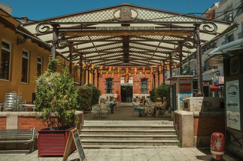 Leute, die am Calatrava-Marktrestaurant in Mérida zu Mittag essen lizenzfreies stockbild
