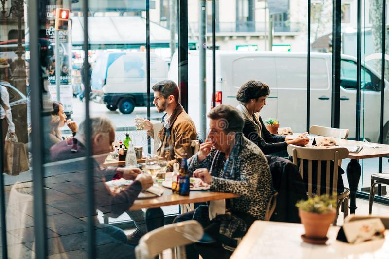 Leute, die das Essen speisen, Zeit innerhalb des spanischen Cafés zusammen verbringend stockfoto