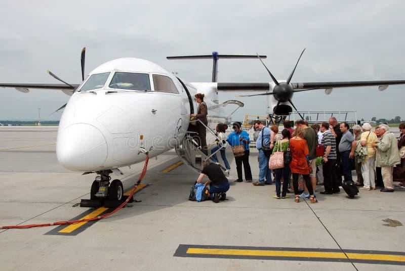 Leute, die in das Flugzeug einsteigen lizenzfreies stockbild