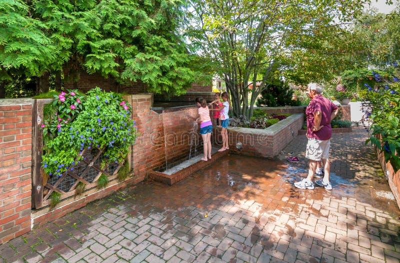 Leute, die den botanischen Garten Chicagos, Glencoe, USA besichtigen lizenzfreies stockbild