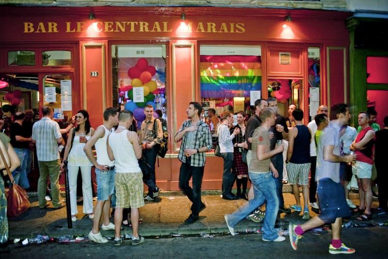 Leute, die in den homosexuellen Stäben, Paris feiern stockfotografie