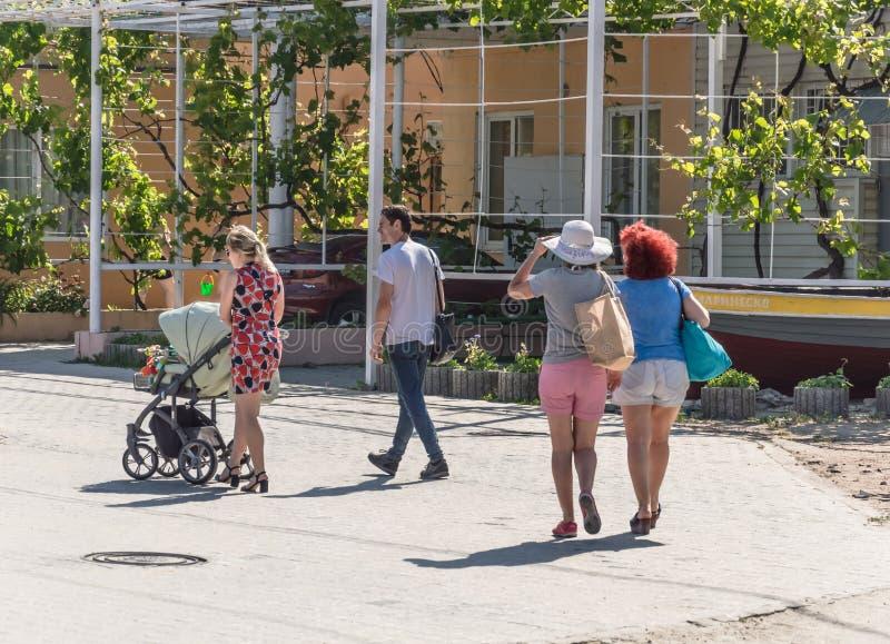 Leute, die in den Park nahe dem Meer gehen Odessa City, Ukraine im April 2018 lizenzfreies stockfoto