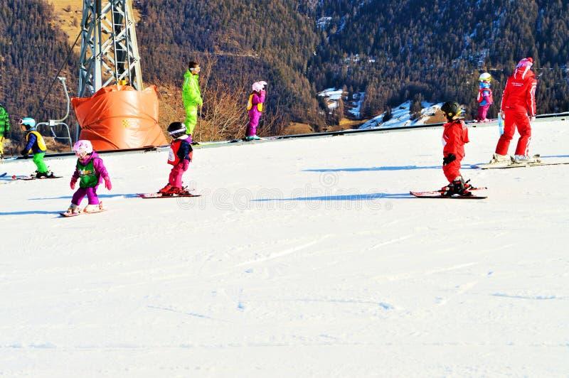 Leute, die in den Schweizer Alpen Ski fahren stockfotografie