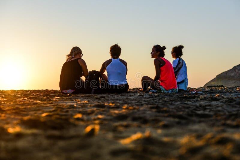 Leute, die den Sonnenuntergang überwachen lizenzfreie stockfotografie
