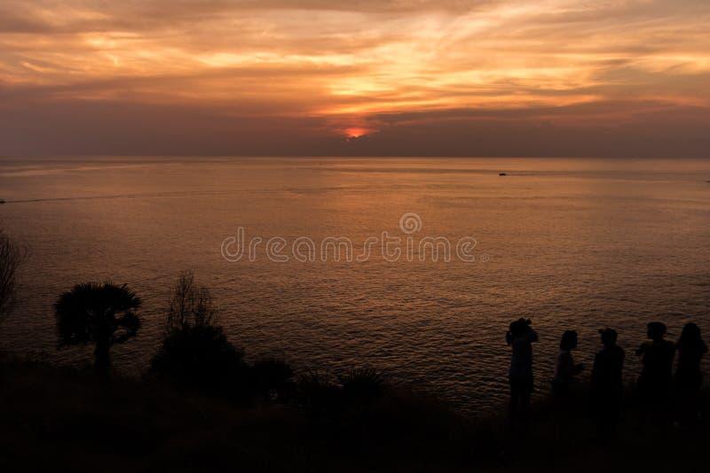 Leute, die den Sonnenuntergang überwachen lizenzfreie stockfotos