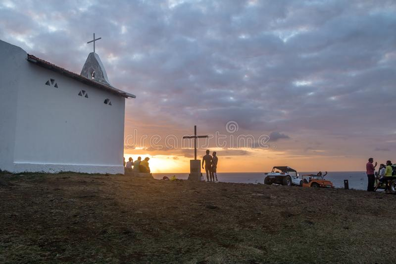 Leute, die den Sonnenuntergang an der Kapelle von Sao-Pedro-DOS Pescadores - Fernando de Noronha, Pernambuco, Brasilien aufpassen lizenzfreies stockfoto