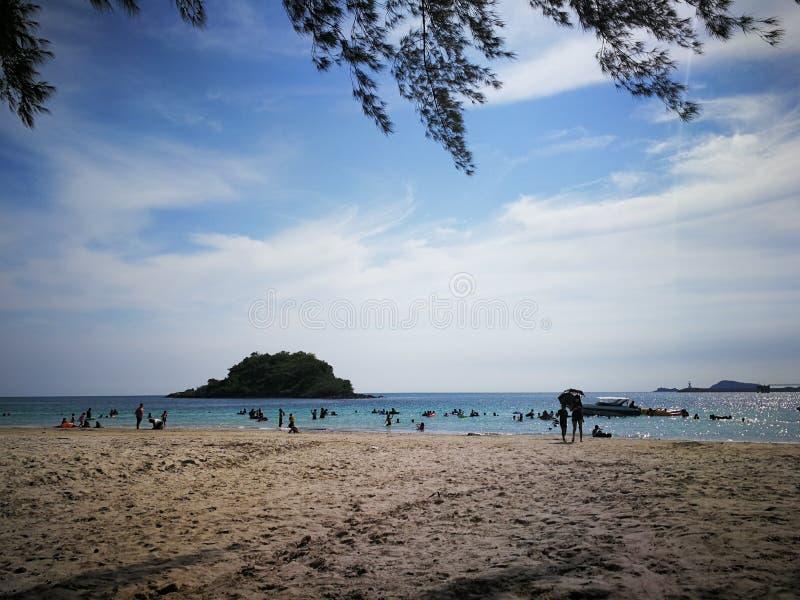 Leute, die den Strand gehen und im Meer bei Nam Sai Beach, Sattahip, Chonburi, Thailand spielen stockfoto