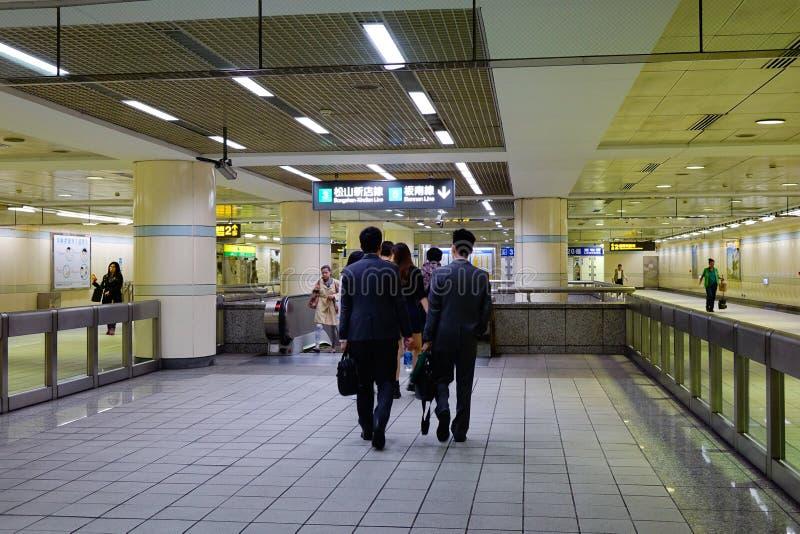 Leute, die an der Bahnstation in Kyoto gehen lizenzfreie stockbilder
