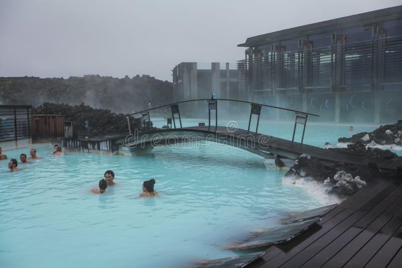 Leute, die in der blauen Lagune in Island baden lizenzfreie stockfotos
