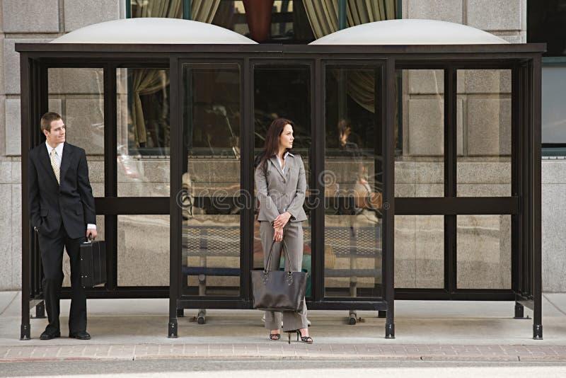Leute, die an der Bushaltestelle warten stockfotos