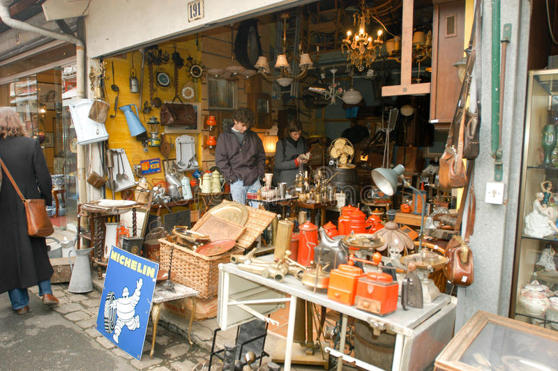 Leute, die an der Flohmarkt von Clignancourt in Paris kaufen stockbilder
