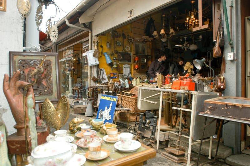 Leute, die an der Flohmarkt von Clignancourt in Paris kaufen lizenzfreies stockfoto