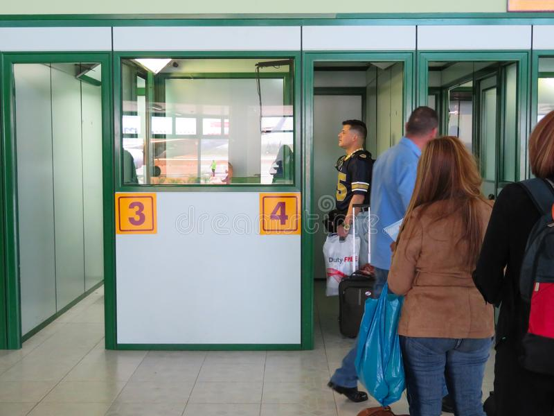 Leute, die in der Linie am Hoguin-Flughafen kubanische Immigration warten stockfotografie