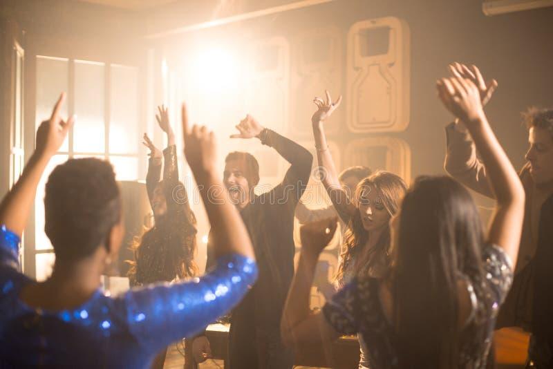 Leute, die an der Partei tanzen lizenzfreie stockbilder
