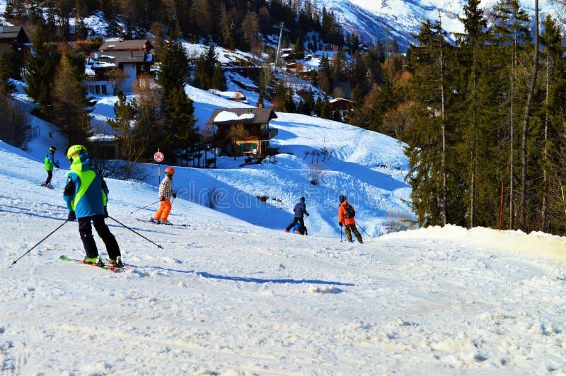 Leute, die in der Schweiz, Schweizer Alpen Ski fahren lizenzfreie stockbilder