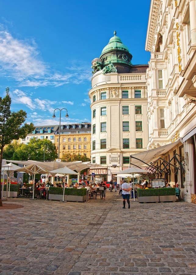 Leute, die an der Straßen-Terrasse des Cafés Mozart Vienna speisen stockbild