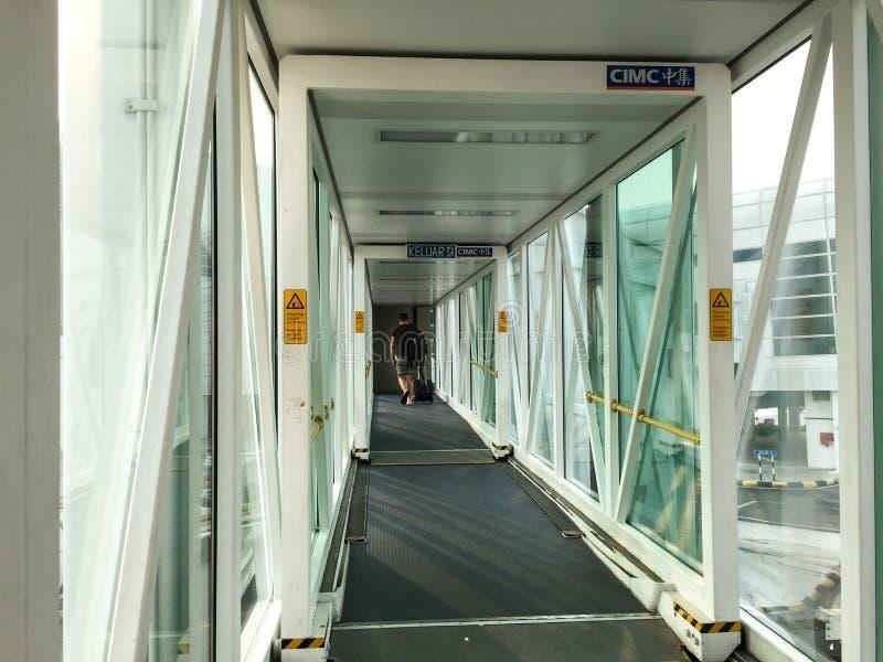 Leute, die in die Passage am Flughafen in Bali, Indonesien gehen lizenzfreies stockfoto