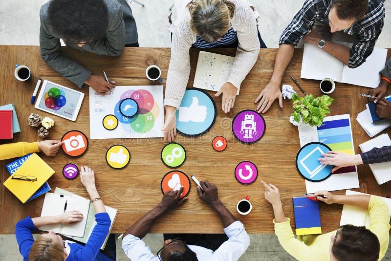 Leute, die Diskussions-Brainstorming-Multimedia-Unterhaltung treffen lizenzfreie stockfotografie