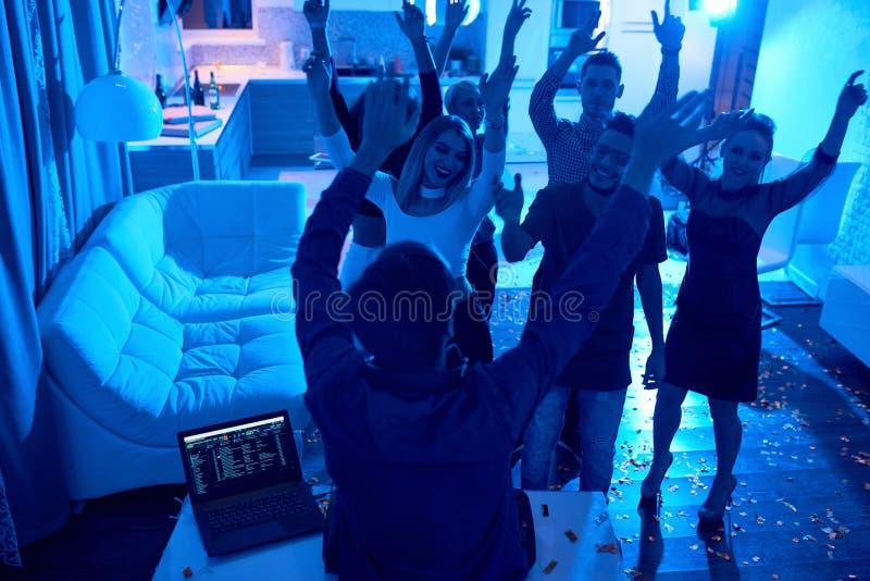 Leute, die an DJ-Partei tanzen lizenzfreie stockfotografie