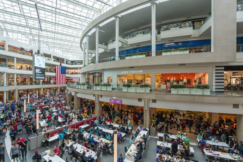 Leute, die ein Einkaufszentrum in den Vereinigten Staaten besichtigen lizenzfreies stockfoto